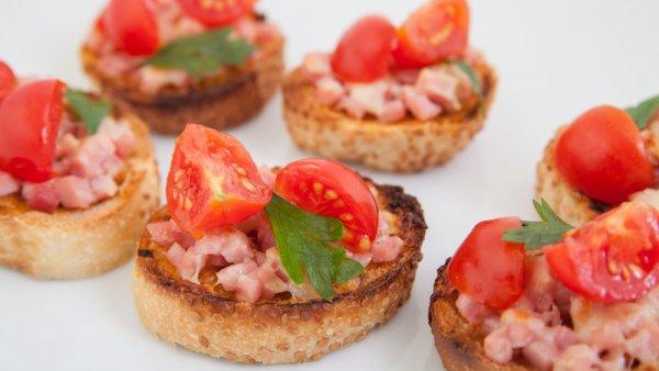 bruschette-con-prosciutto-e-pomodori-ciliegia.jpg