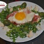 Uova al prosciutto crudo e rucola