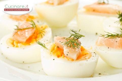 Uova sode con salmone for Cucinare uova sode