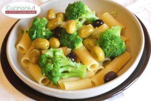 Maccheroni con broccoli e olive piccanti for Cucinare broccoli