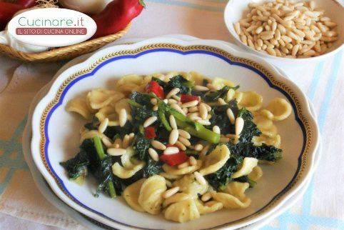 Orecchiette vegetariane con cavolo nero e pinoli cucinare