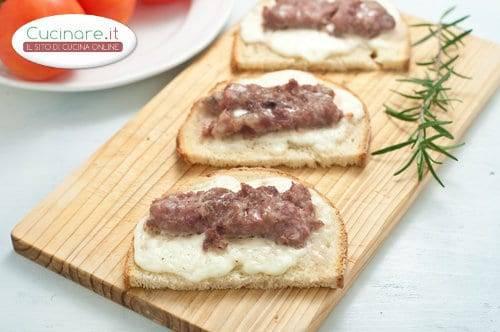 Bruschetta con formaggio salsiccia e rosmarino for Cucinare salsiccia
