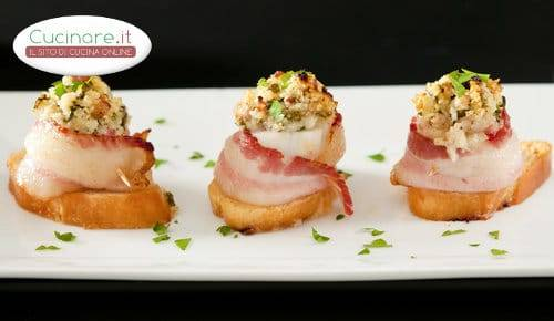 bruschette_con_capesante_al_bacon_e_caponata_di_cavolfiore_e_pomodorini