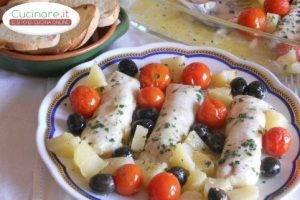 Merluzzo al forno con pomodorini, patate e olive nere