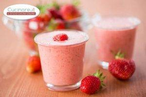 Smoothie alla rosa con fragole e banana