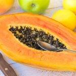 pulire e tagliare la papaya