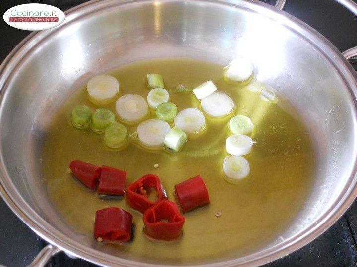 Cicoria stufata con Peperoncino, Olive e Capperi preparazione 2