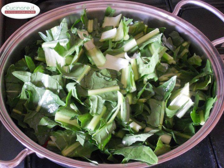 Cicoria stufata con Peperoncino, Olive e Capperi preparazione 3