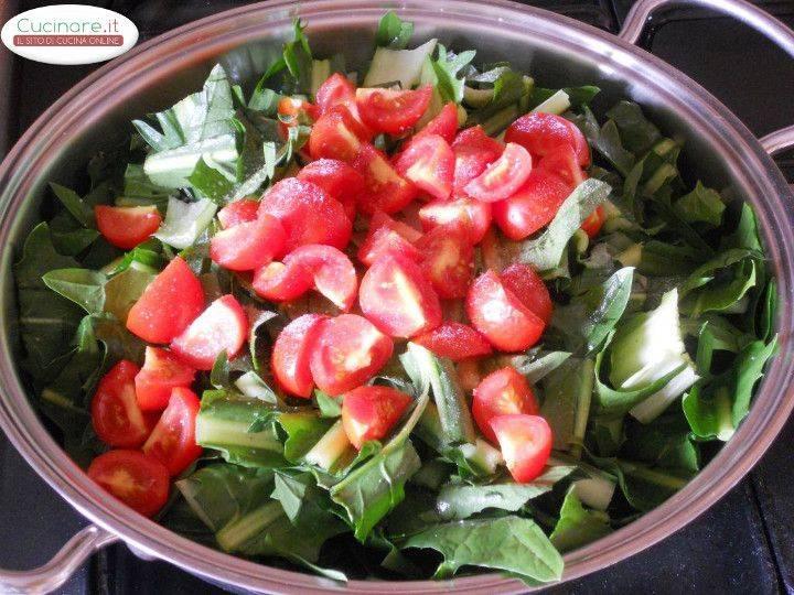 Cicoria stufata con Peperoncino, Olive e Capperi preparazione 5