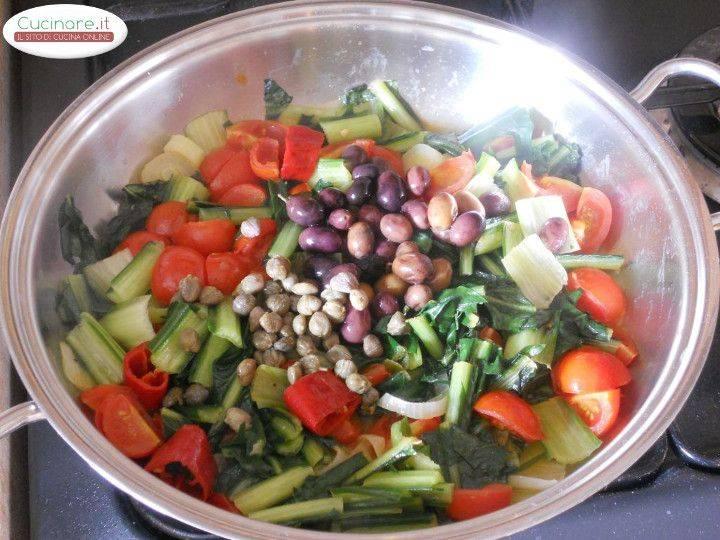 Cicoria stufata con Peperoncino, Olive e Capperi preparazione 7