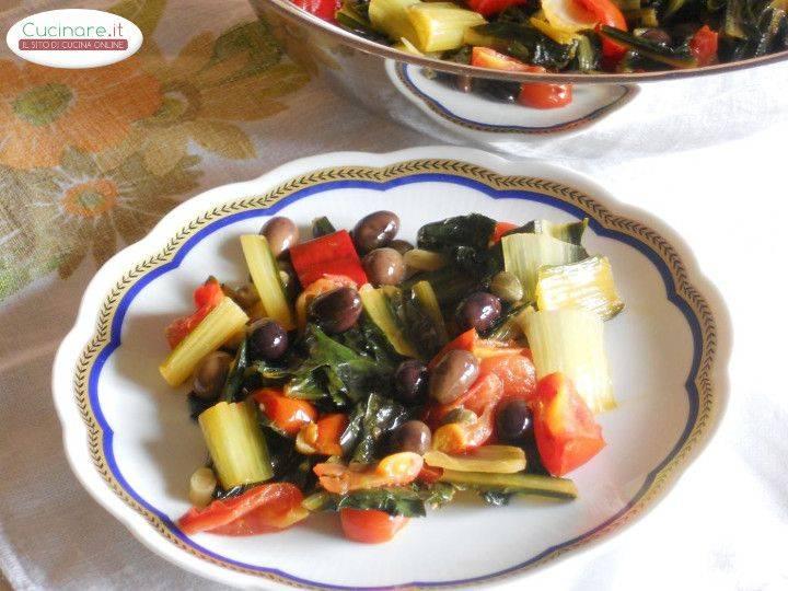 Cicoria stufata con Peperoncino, Olive e Capperi preparazione 10