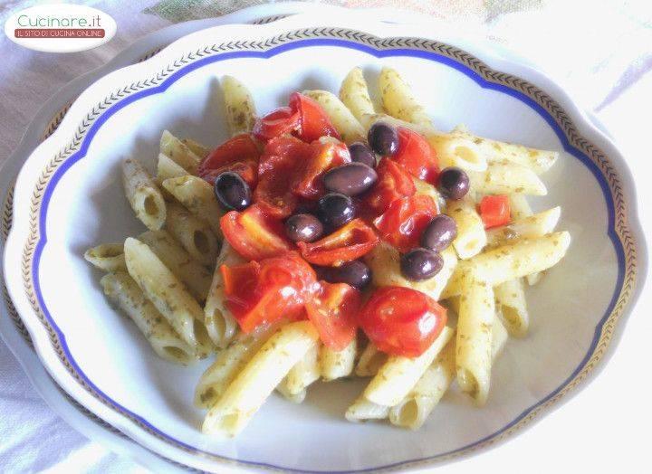Penne Al Pesto Di Rucola Con Olive Taggiasche E Pomodori