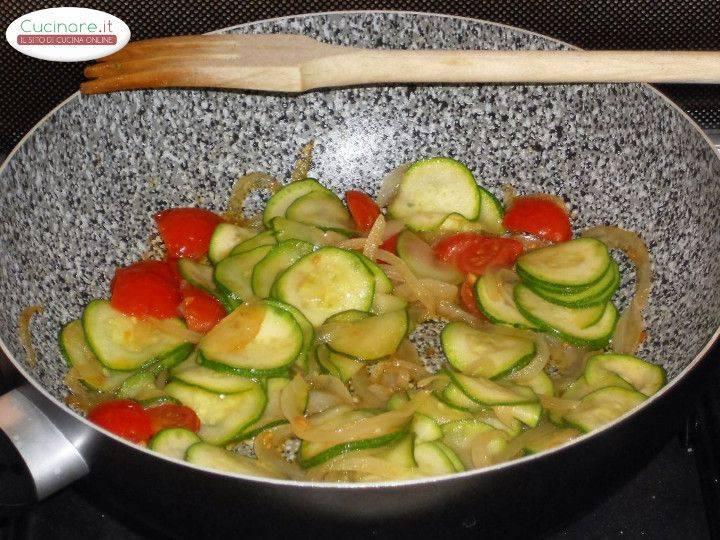 Penne allo zafferano con zucchine e gamberetti al pigato for Cucinare le zucchine