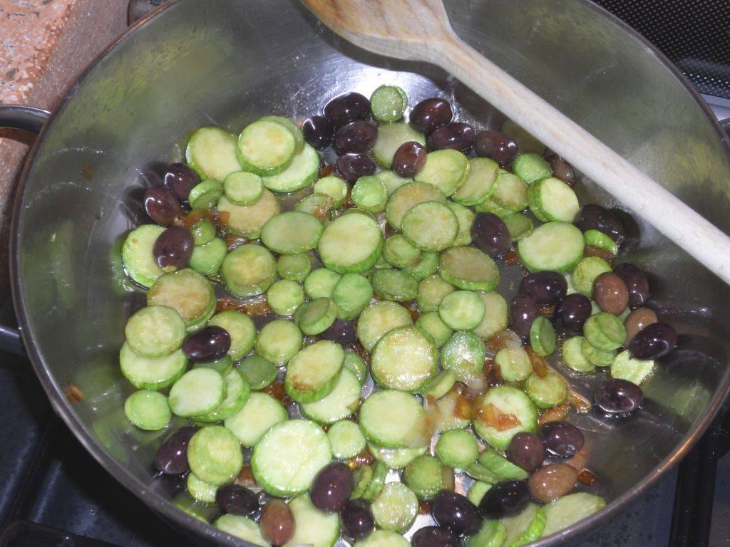 Orecchiette con zucchine trombetta e olive taggiasche for Cucinare zucchine trombetta
